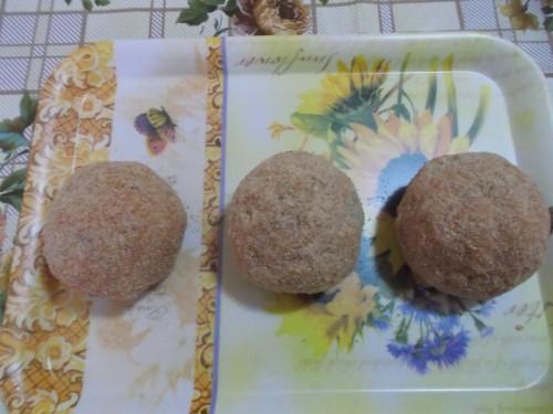 arancini con funghi e piselli, riso,piselli,funghi,ragù,carne tritata,mozzarella,pane grattugiato,concentrato di pomodoro