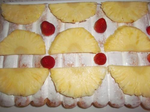 tiramisù con ananas e fragole,dessert,dolci al cucchiaio,ananas,fragole,panna montata,frutta,panna da montare,liquore,savoiardi,dolce al cucchiaio