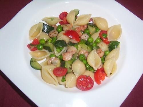 pasta fredda,insalata di pasta,conchiglie,gamberetti,zucchine,piselli,piatto unico,primo piatto,pomodorini